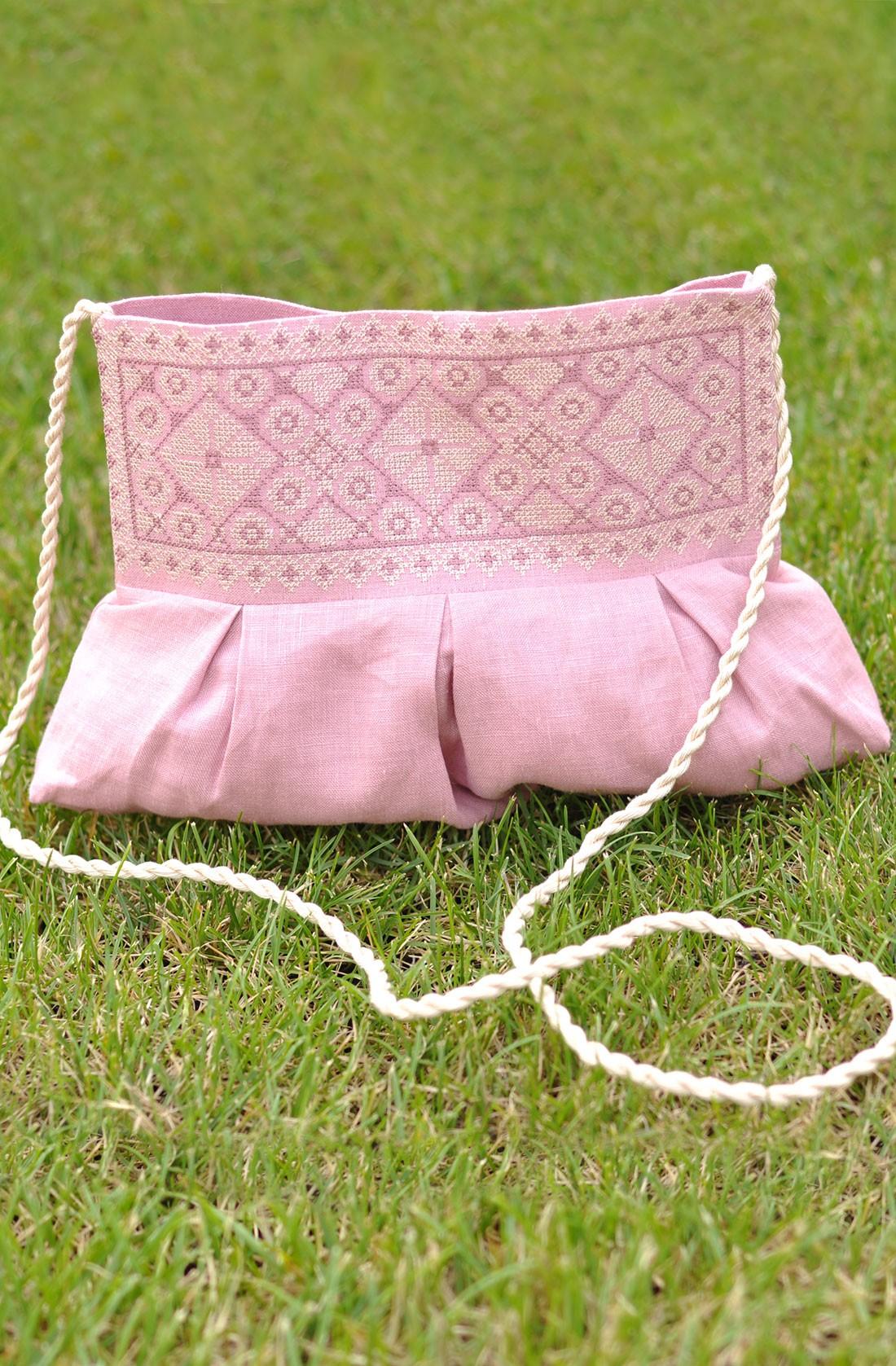 Рожева льняна жіноча сумочка-клатч з вишивкою
