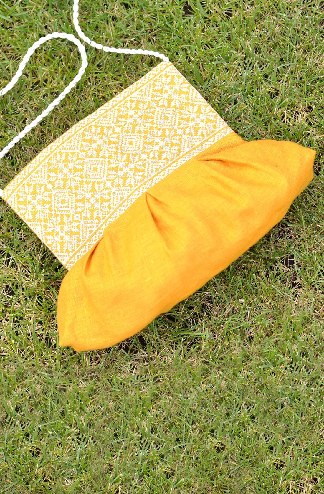 Жовта льняна жіноча сумочка-клатч з вишивкою