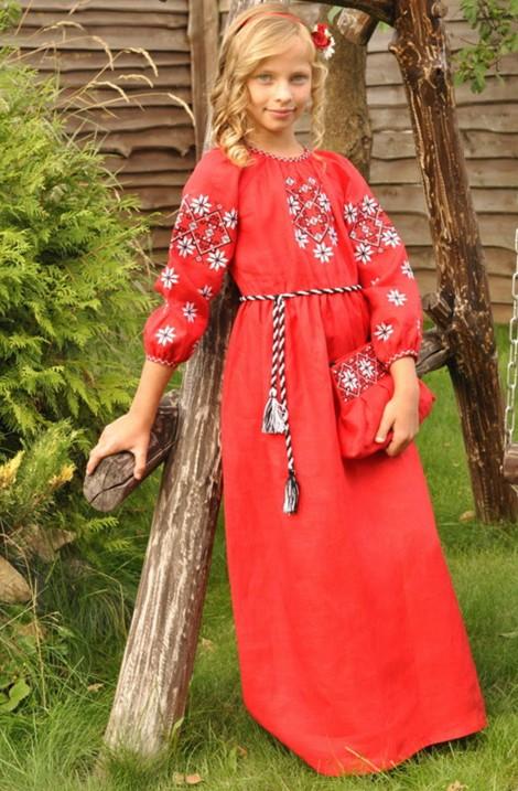 Довга вишукана сукня-вишиванка насиченого бордового кольору