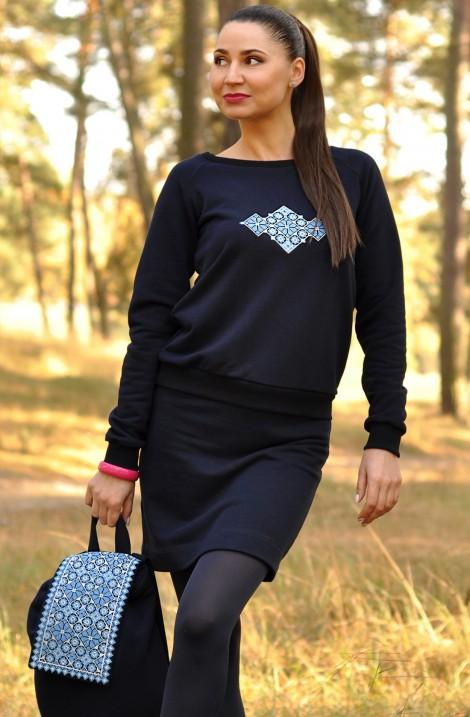 Темно-синій жіночий трикотажний костюм з вишитим орнаментом