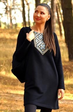 Темно-синя жіноча тепла трикотажна сукня з вишитим орнаментом