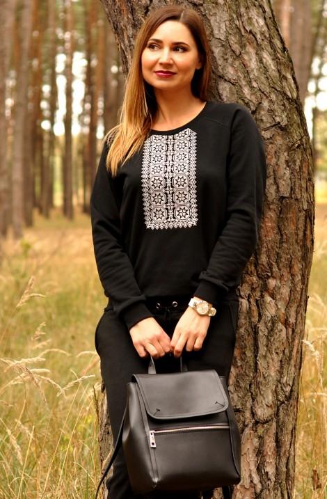Чорний жіночий трикотажний костюм з вишитим орнаментом