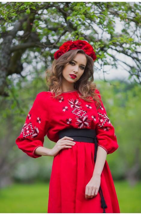 Довга червона жіноча сукня-вишиванка з натурального льону