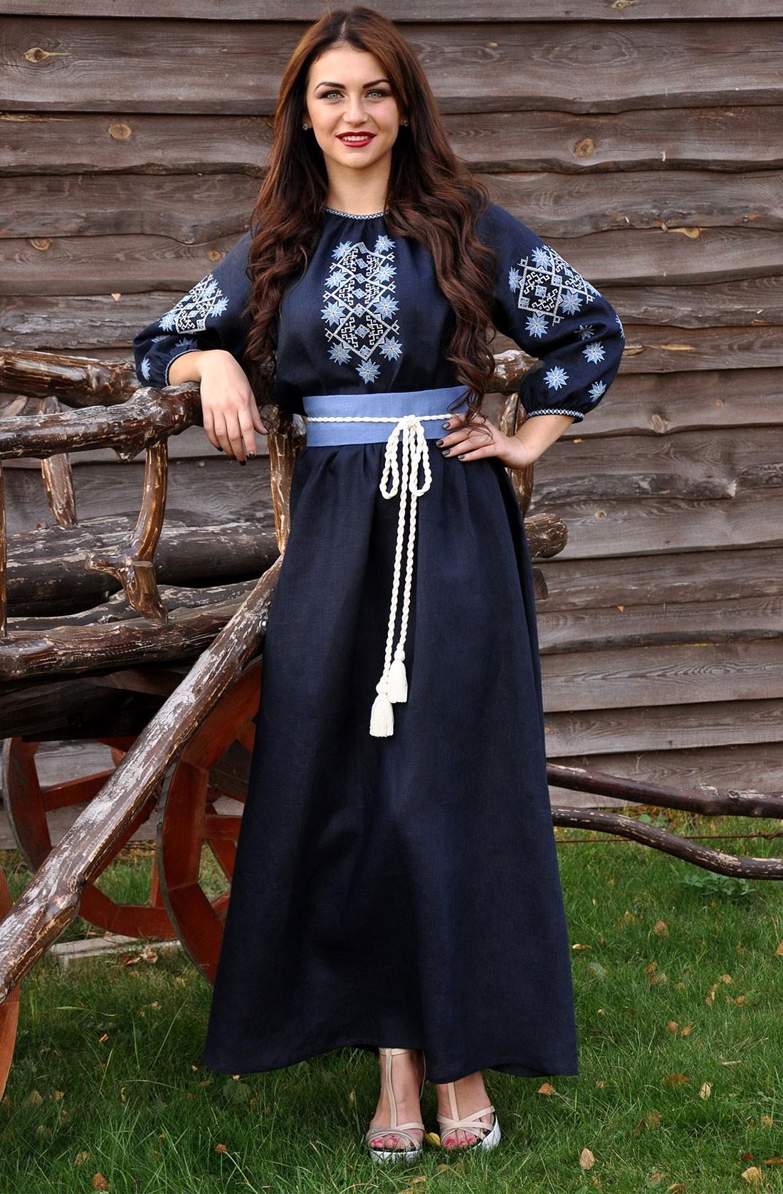 Довга темно-синя жіноча сукня-вишиванка з льону