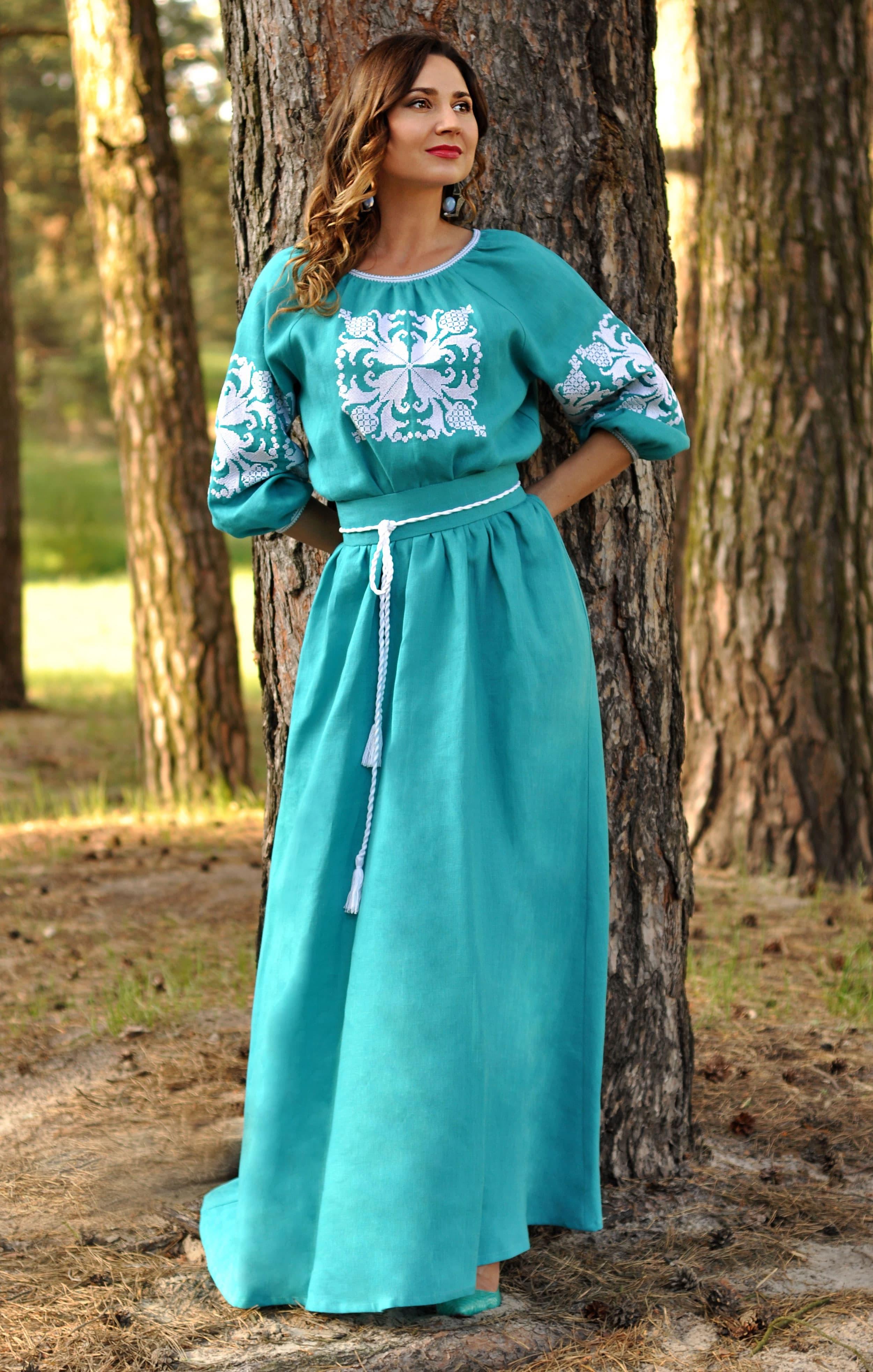 Зелена довга жіноча сукня-вишиванка з льону