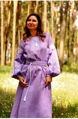 Довга фіолетова жіноча сукня-вишиванка з льону