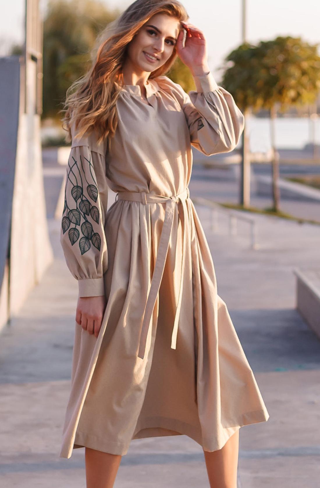 Вышитое платье с вышивкой на рукавах